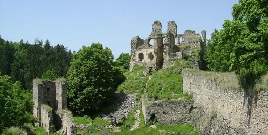 Крепость Дивчи Камен/ Dívčí Kámen – монументальные развалины на скале